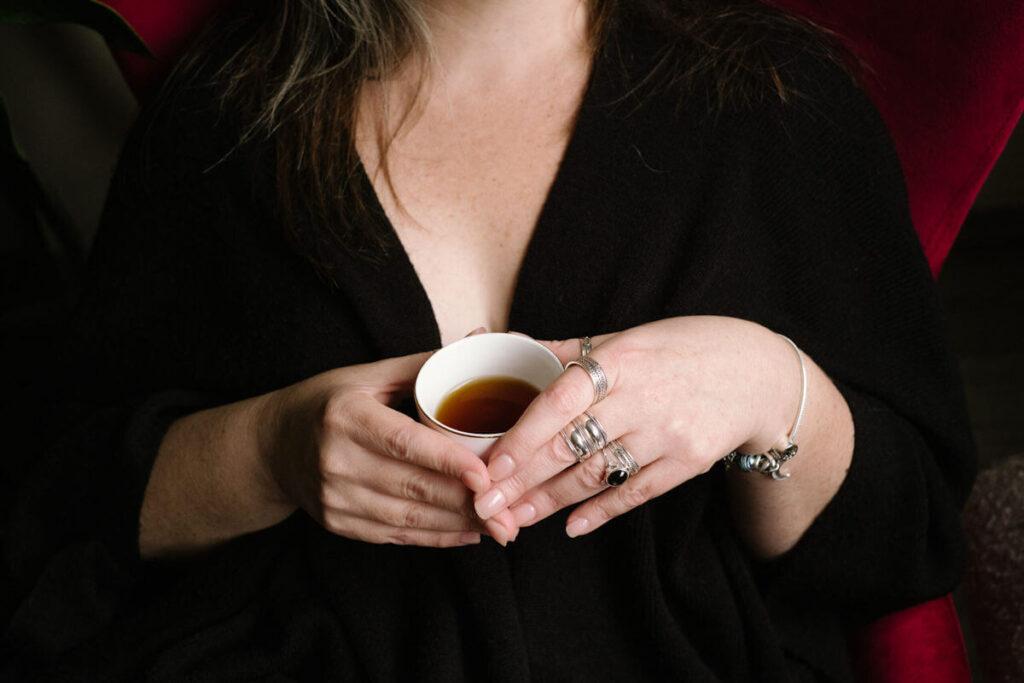 être sexy femme tasse à la main